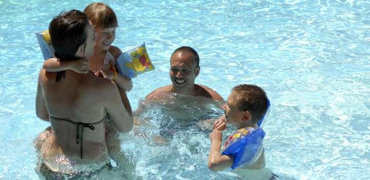 hotel rimini per famiglie con piscina riscaldata vicino al mare con bambini gratis e animazione per bambini
