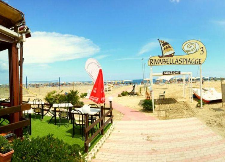 l'ingresso spiaggia e il ristorante La Posada