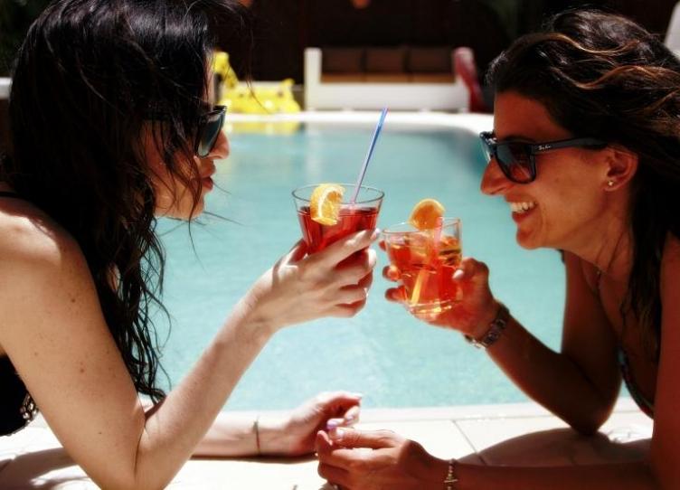 aperitivo bordo piscina