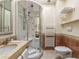 Bagno con doccia in camera