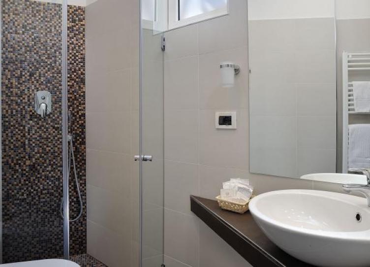 hotel 3 stelle a marebello bagni con box doccia