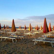 Ombrelloni chiusi. Non si va al mare ! Cosa fare se a Rimini piove !