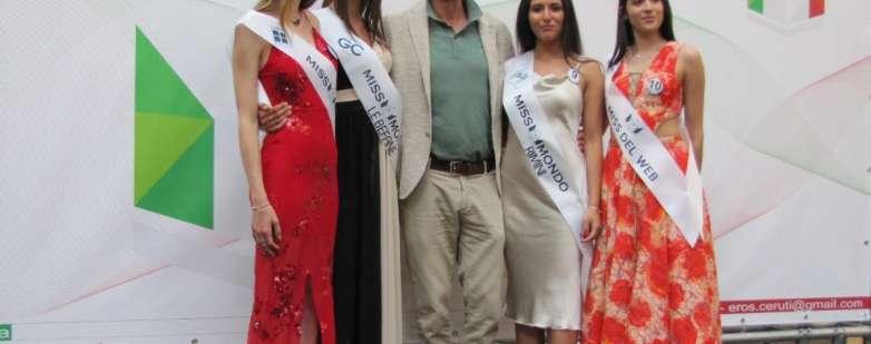 Le ragazze di Miss Mondo Città di Rimini in posa alle Befane