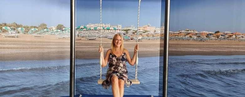 Anche il vice sindaco di Rimini Gloria Lisi sull'altalena