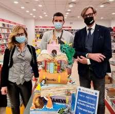 La torta vincitrice del cake contest con Massimo Bobbo, direttore Le Befane, e Francesco Aldini di Libreria Mondadori