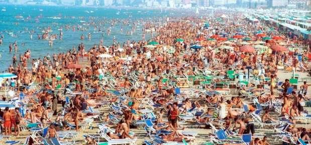La spiaggia di Rimini a Ferragosto (2001)
