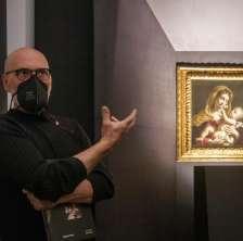Il ritratto di Benedetto Gennari accanto al curatore della Mostra Massimo Pulini