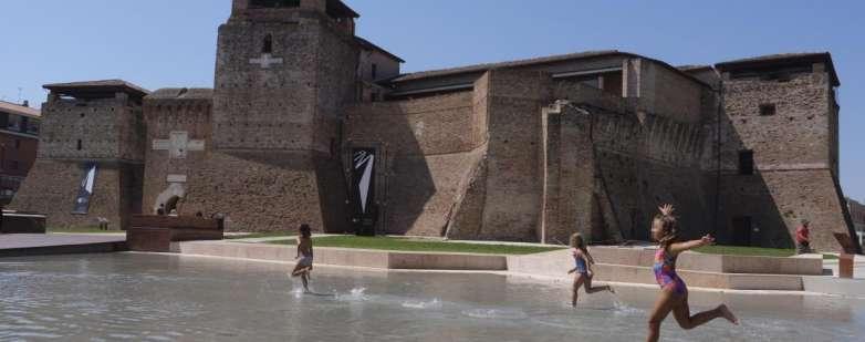 Bambini che giocano in piazza Malatesta